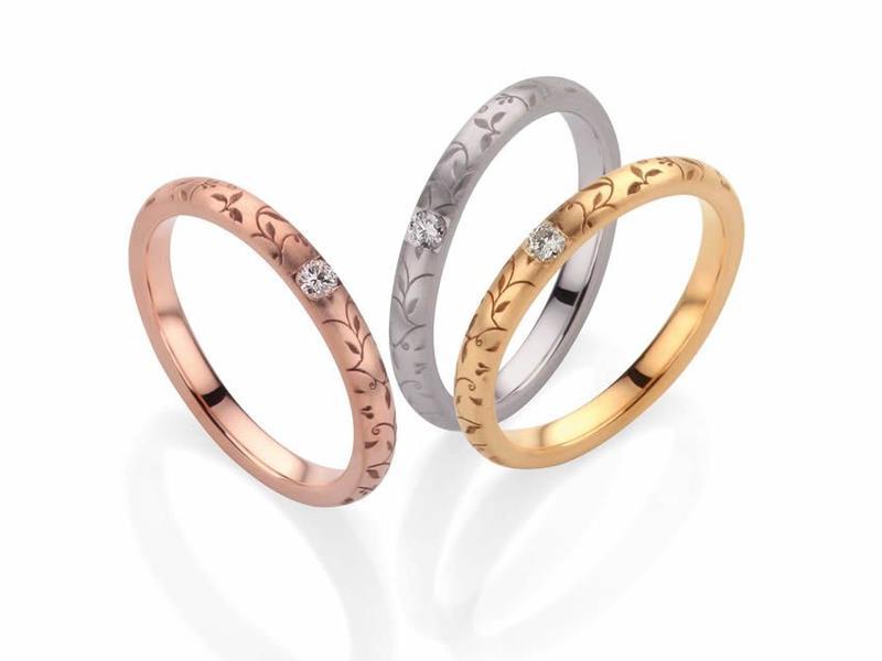 Das florale Muster schmückt die zarte Ringschiene und umrahmt den Diamant perfekt – Romantik pur - ab 550,00€