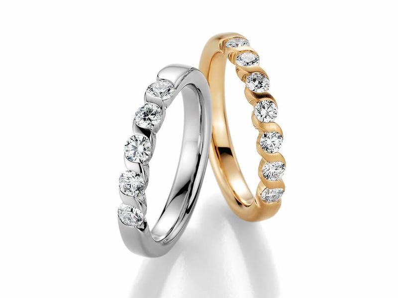 Bei diesen Memoire-Ringen erinnert jeder Brillant an einen besonderen Moment, mit einem Brillant - ab 480,00€